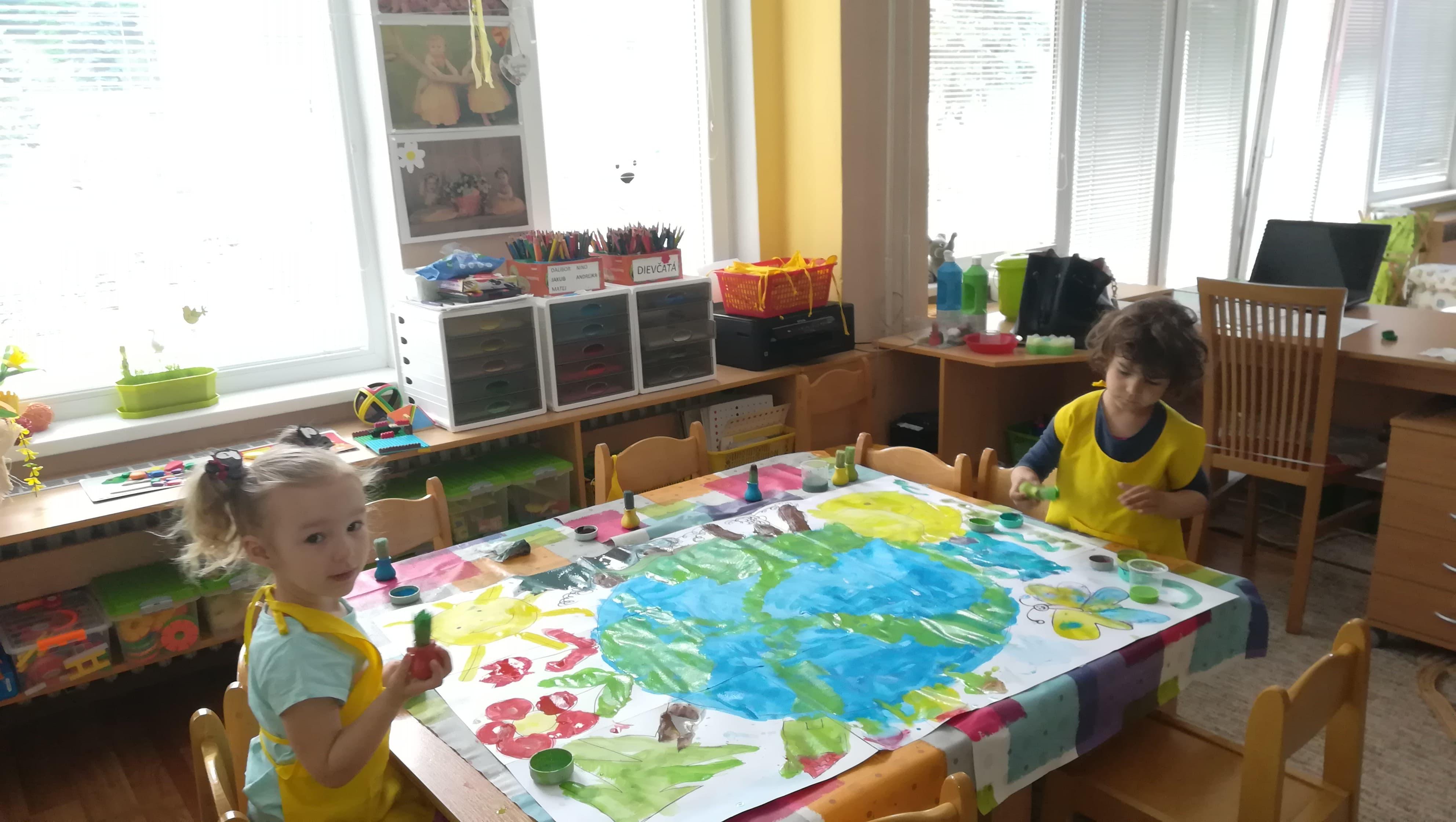 Spoločnými silami ku Dňu Zeme-maľujeme , tvoríme z odpadu